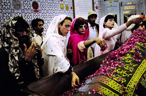 Drei pakistanische Hijras an einem muslimischen Schrein